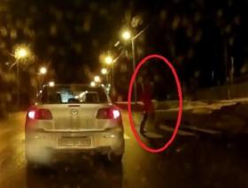 [VIDEO] Kinh hoàng cô gái 19 tuổi bị ô tô tông văng xa 10m
