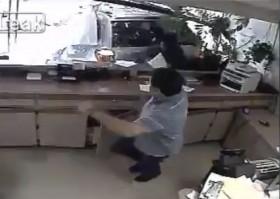 [VIDEO] Lùi ẩu, 'xe điên' biến cửa hàng thành đống đổ nát