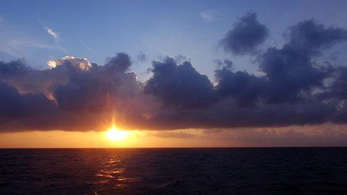 Đảo Phan Vinh đón mặt trời sớm hơn đất liền 30 phút.