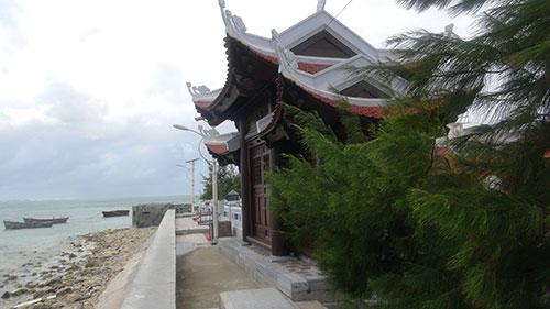 Cổng chùa Phúc Vinh Đường quay mặt ra biển.