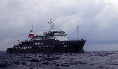 Tàu HQ 571 neo đậu ngoài khơi...