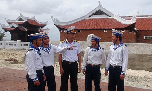 Phút trao đổi giữa sĩ quan và chiến sĩ trên đảo.