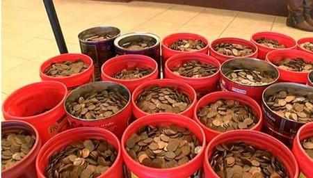 [VIDEO] Mang hơn 200 cân tiền xu đi đổi tiền giấy ở ngân hàng