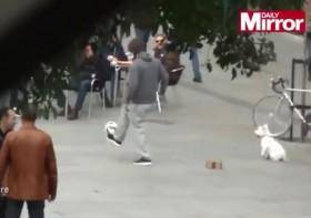 """[VIDEO] Buồn vì thẻ đỏ, Cristiano Ronaldo giả """"người vô gia cư"""" đi xin... bạc cắc"""