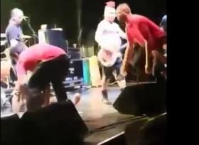 [VIDEO] Ca sĩ thẳng tay đánh