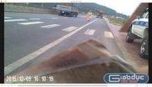 Xuất hiện clip CSGT Hà Tĩnh nhận sổ có... 'kẹp tiền' từ lái xe