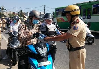 CSGT tặng nước suối, khăn lạnh cho người đi xe máy về quê ăn Tết