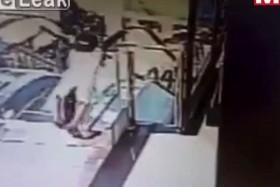 [VIDEO] Bé gái bị thang máy cuốn đi, cả siêu thị
