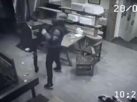 video co gai bat binh danh guc 3 ga con do trong quan an