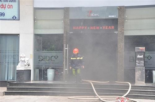 [VIDEO] Cháy tầng hầm ngân hàng, nhiều người hốt hoảng tháo chạy