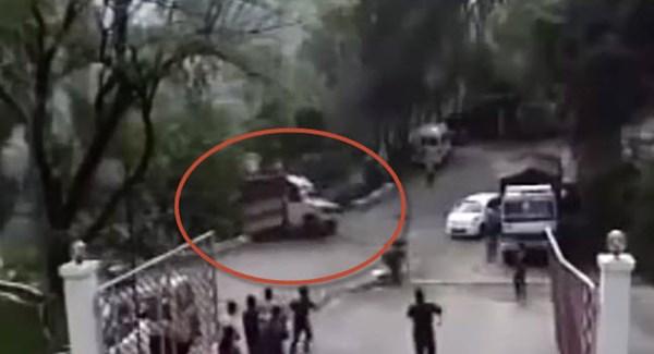 [VIDEO] Sốc với xe tải mất phanh lao xuống vực