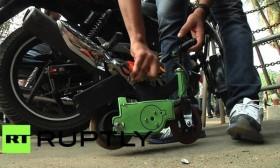 [VIDEO] Độc đáo chiếc xe máy 25cm chở người nặng 80 cân