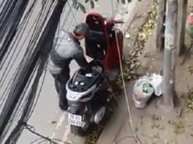 [VIDEO] Cận cảnh thanh niên Hà Nội đi SH trộm gương ô tô