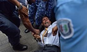 """[VIDEO] Cựu tổng thống Maldives bị cảnh sát """"kéo lê"""" khỏi cuộc ẩu đả"""