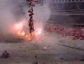 [VIDEO] Thanh niên bật lửa đốt pháo đêm giao thừa gặp ngay đoàn công tác Bộ Công an