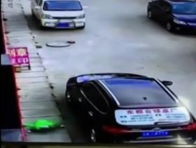 [VIDEO] Sốc với em bé rơi từ nhà cao tầng trúng ô tô vẫn đi lại bình thường