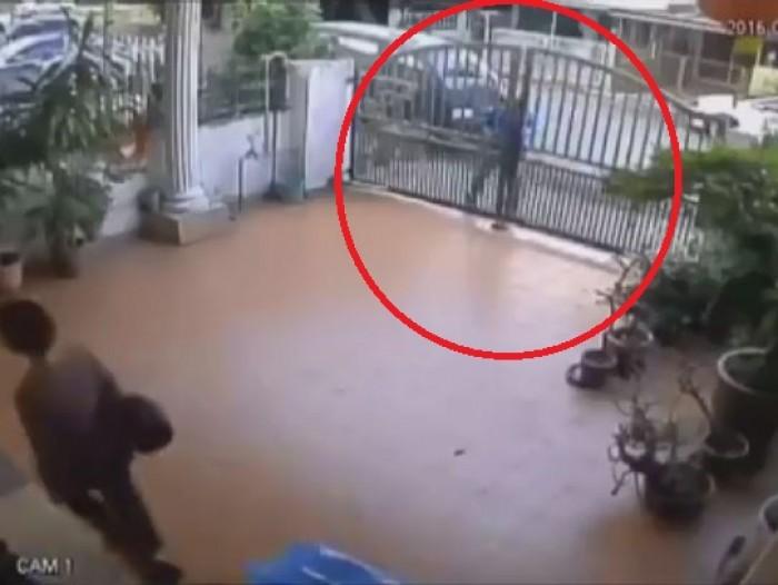 video cuop nhay qua cong nha giat tui manh dong