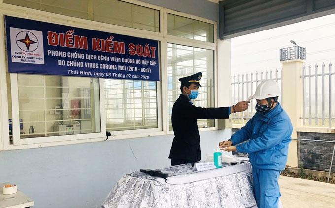 trang bi khau trang cho nguoi lao dong trong cac nha may dien
