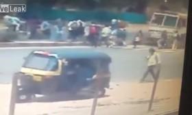 [VIDEO] Kinh hoàng xe tải điên lao thẳng vào dòng người đi bộ