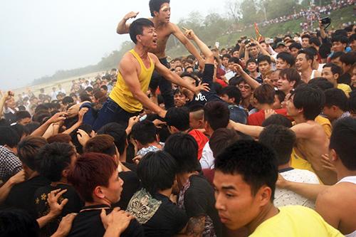 [VIDEO] Ẩu đả, bạo lực tại Hội cướp phết Hiền Quan