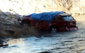 Mắc kẹt trong ô tô trôi sông, bé gái sống sót kỳ diệu