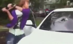 [VIDEO] Đập nát xe của bạn gái vì bị