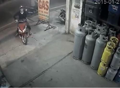 video man trom xe air blade qua manh dong ngay truoc mat chu