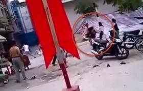 [VIDEO] Côn đồ tông xe còn cầm gậy đuổi đánh phụ nữ ở Hải Phòng