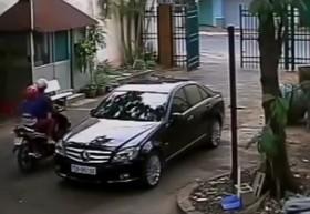 [VIDEO] Đôi nam nữ bẻ trộm gương xe Mercedes: quá nhanh quá nguy hiểm