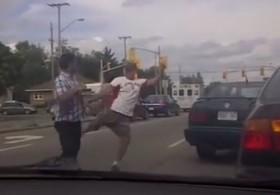 [VIDEO] Va chạm giao thông, lao vào đấm nhau rồi bắt tay giảng hòa