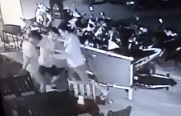[VIDEO] Bị côn đồ đánh hội đồng chỉ vì đứng tạo dáng