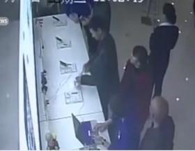 [VIDEO] Cười ra nước mắt với tên trộm Iphone