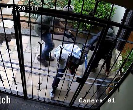 [VIDEO] Sốt ruột xem 4 tên trộm vật lộn không phá nổi một cánh cửa