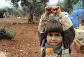 Bức ảnh em bé Syria giơ tay đầu hàng nhiếp ảnh gia gây ám ảnh