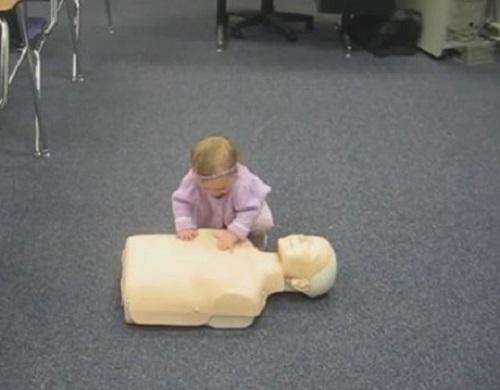 """[VIDEO] Bé gái 15 tháng tuổi hướng dẫn """"hô hấp nhân tạo"""" vô cùng đáng yêu"""