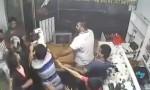[VIDEO] Vào nhầm nhà, tên trộm bị gần chục người đàn ông