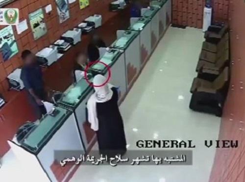 [VIDEO] Người phụ nữ 'bình tĩnh' rút súng cướp ngân hàng