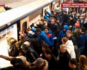 video hang tram nguoi day nghieng ca con tau giai cuu mot phu nu
