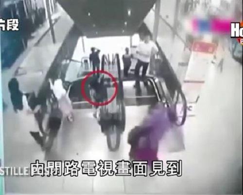 [VIDEO] Bé gái tử vong vì nghịch thang cuốn khi mẹ mải nghe điện thoại