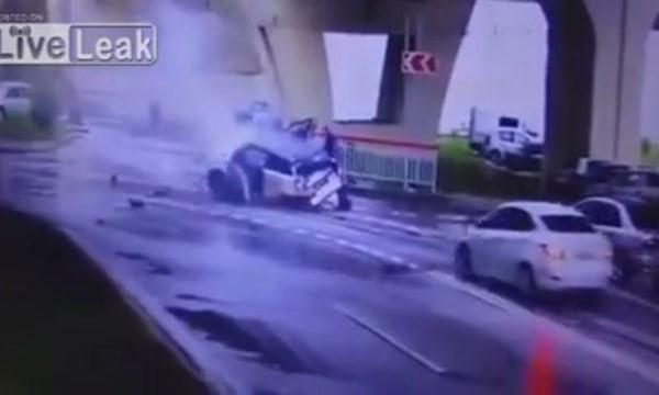 """[VIDEO] Siêu xe Range Rover """"tập bay"""" từ cầu vượt xuống đường nát bét"""