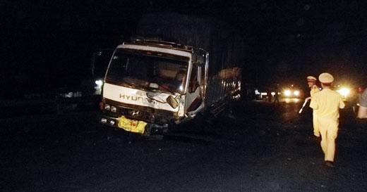 Quảng Bình: Xe con đối đầu ô tô tải, 2 người tử vong