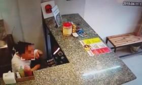 [VIDEO] Xem lại camera, phát hiện nhân viên trộm gần trăm triệu