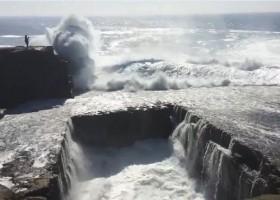 [VIDEO] Liều lĩnh đứng quay sóng dữ, thiếu nữ bị cuốn trôi