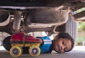 [VIDEO] Nể phục cậu bé 6 tuổi trượt patin qua gầm 39 chiếc xe tải