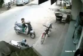 [VIDEO] Đừng bao giờ để con cùng chiếc xe còn nổ máy