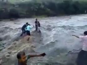 [VIDEO] Tuyệt vọng trước thảm cảnh lũ quét quá nhanh cuốn trôi 5 người