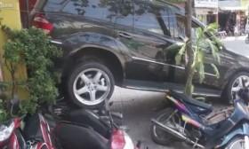 [VIDEO] Không biết lái, tài xế lùi xe húc thẳng vào dàn xe máy