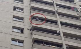[VIDEO] Thót tim cầu nguyện cho bé 4 tuổi ngồi khóc trên ban công tầng 12 ở Hà Nội