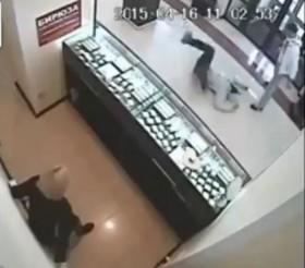[VIDEO] Tên cướp bất hạnh gặp võ sư