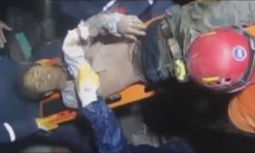 [VIDEO] Người đàn ông sống sót kì diệu sau 48 giờ vùi dưới đất đá ở Nepal